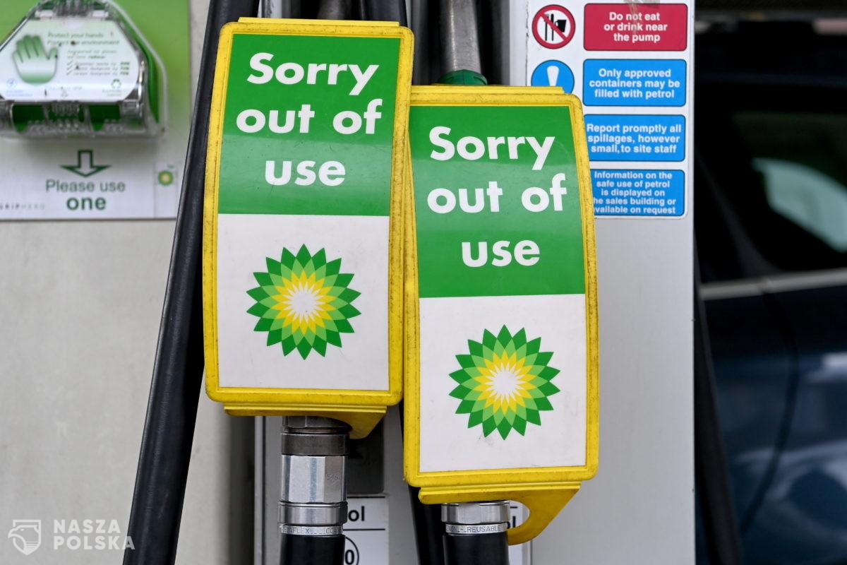 W. Brytania/ Z powodu ograniczonych dostaw kolejki na stacjach paliw i racjonowanie benzyny