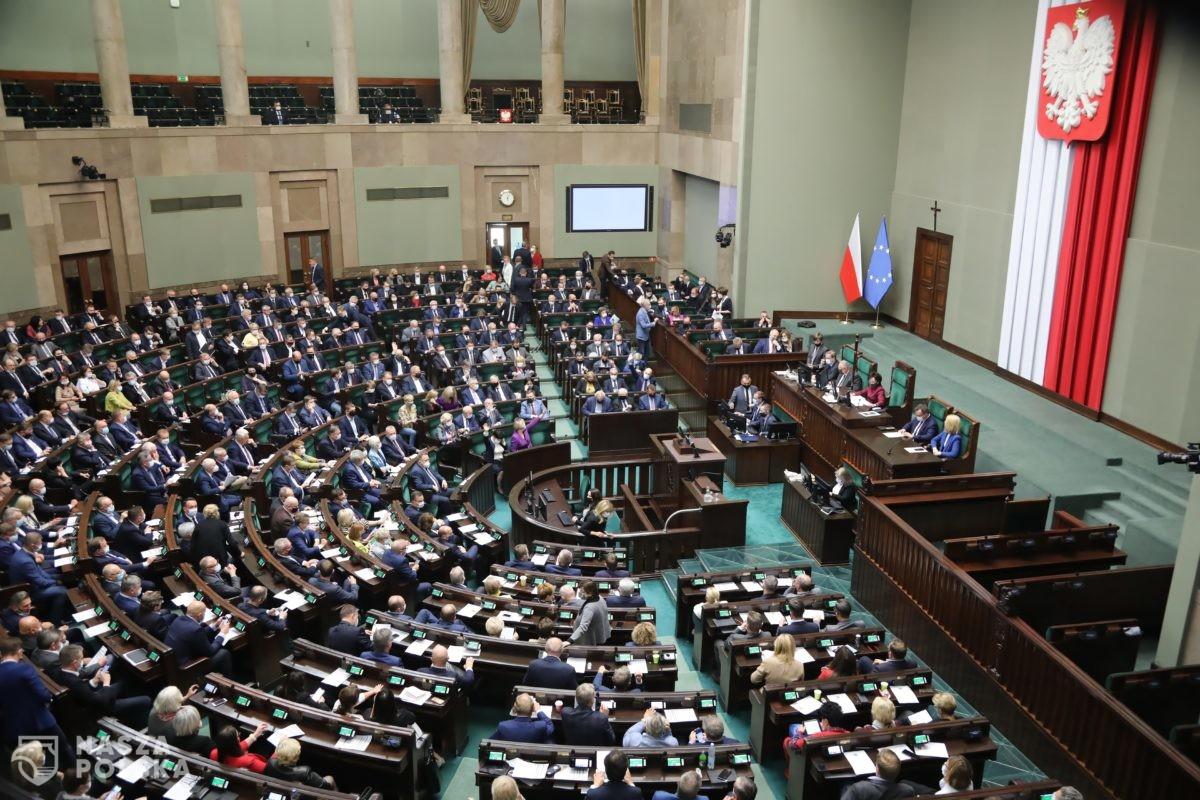 Nowy sondaż: PiS wciąż rośnie w siłę, sześć ugrupowań w Sejmie