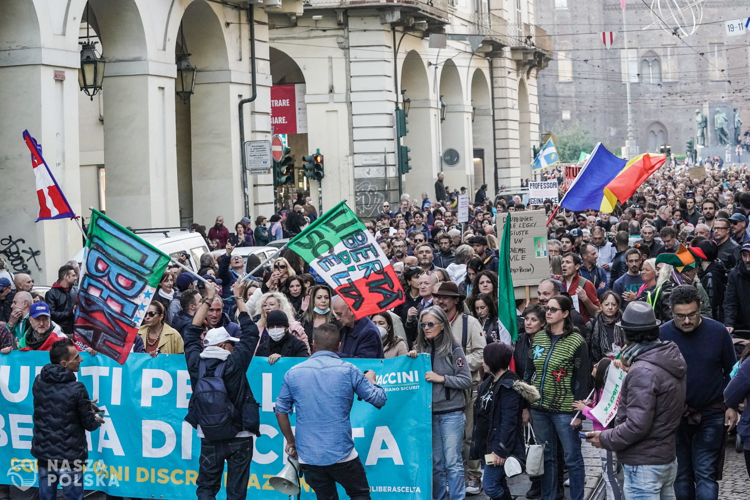 epa09527468 People take part in the No Green Pass rally in Turin, Italy, 16 October 2021. Starting from 15 October, Italian workers from the public and private sectors are required to hold the 'Green Pass' vaccine passport.  EPA/Tino Romano  Dostawca: PAP/EPA.