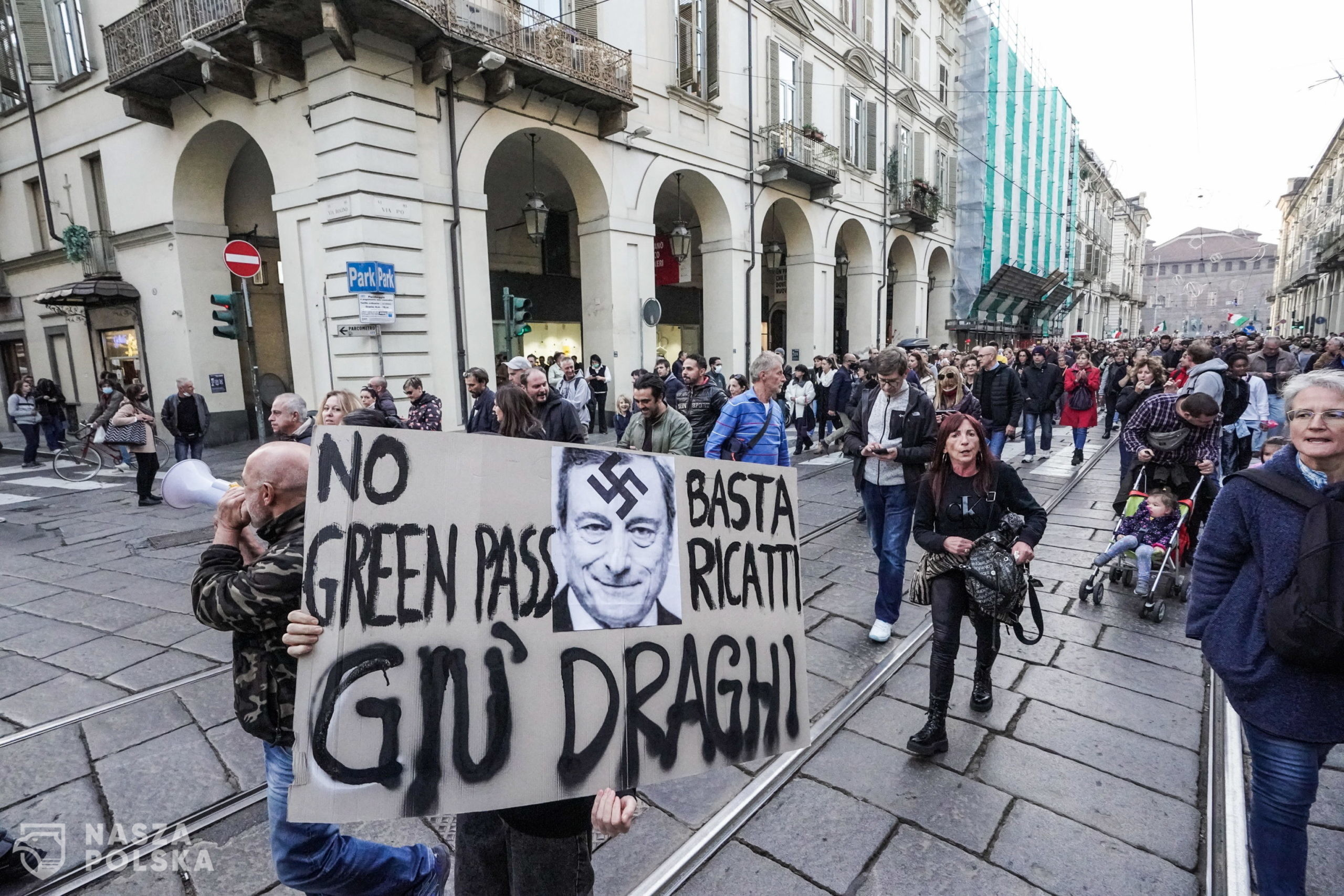 epa09527470 People take part in the No Green Pass rally in Turin, Italy, 16 October 2021. Starting from 15 October, Italian workers from the public and private sectors are required to hold the 'Green Pass' vaccine passport.  EPA/Tino Romano  Dostawca: PAP/EPA.